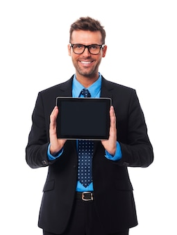 Geschäftsmann, der etwas auf digitalem tablett präsentiert