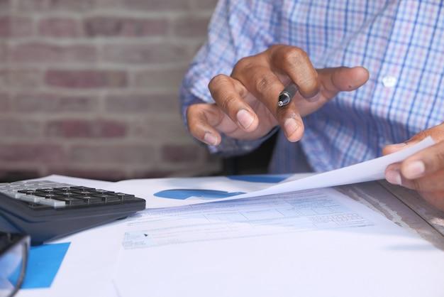 Geschäftsmann, der finanzdaten mit kopierraum analysiert