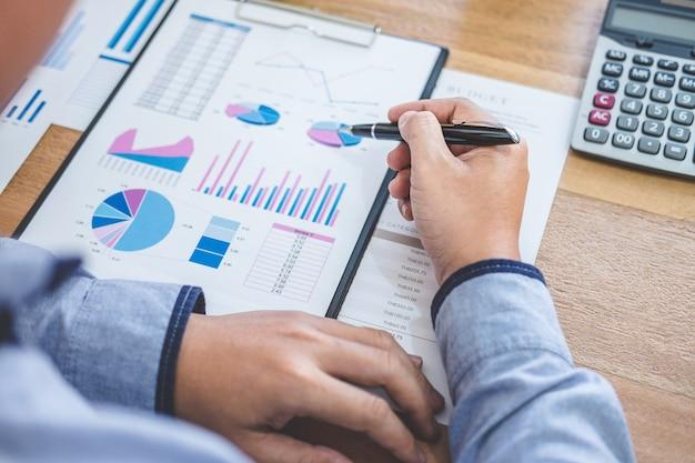 Geschäftsmann, der finanzen erledigt und die kosten für immobilieninvestitionen kalkuliert