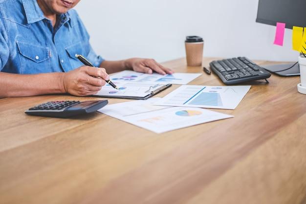 Geschäftsmann, der finanzen tut und über kosten für immobilieninvestitionen und in anderen berechnen