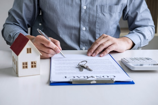 Geschäftsmann, der finanzen und berechnungskosten der immobilieninvestition erledigt