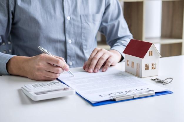 Geschäftsmann, der finanzen und berechnungskosten der immobilieninvestition tut