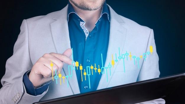 Geschäftsmann, der finanzmarketingdaten des devisenhandelsdiagramms analysiert