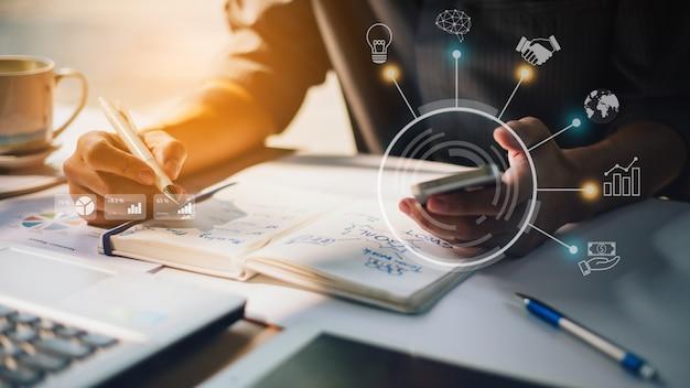 Geschäftsmann, der firmenfinanzbericht mit grafiken der vergrößerten realität analysiert