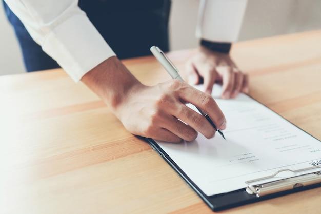Geschäftsmann, der formular schreibt, senden zusammenfassungsgeber, um stellenbewerbung zu überprüfen