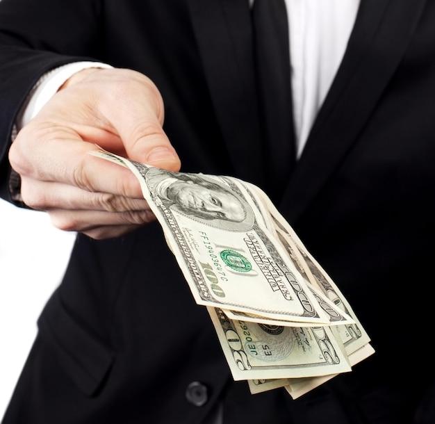 Geschäftsmann, der geld anbietet