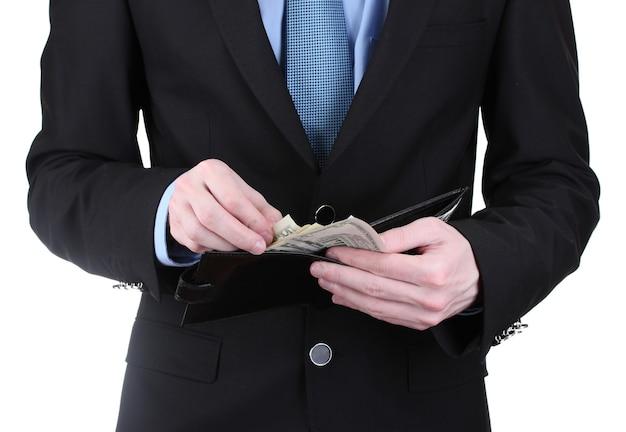 Geschäftsmann, der geld in brieftasche nimmt, isoliert auf weiss