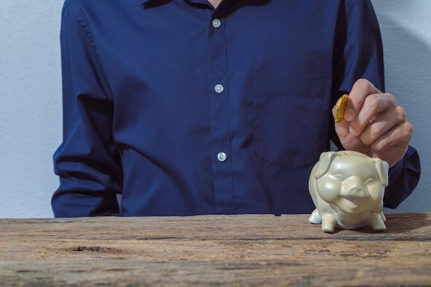 Geschäftsmann, der geld mit sparschwein spart