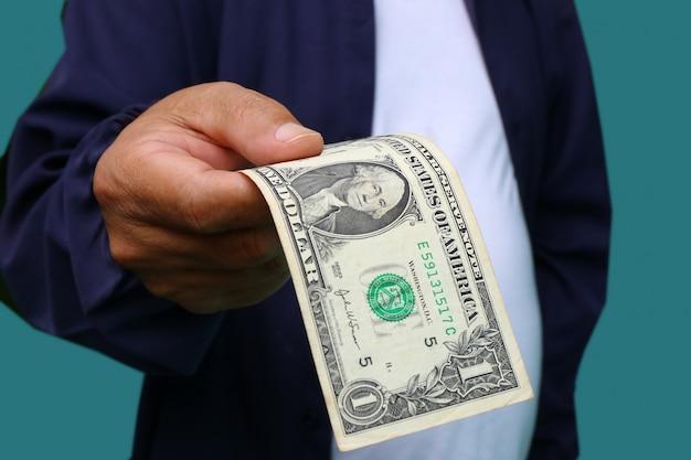 Geschäftsmann, der geld, rechnungen des dollars vereinigter staaten (usd) - bargeld gibt