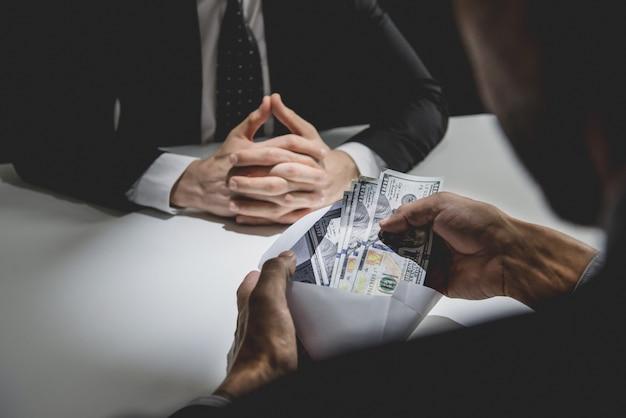 Geschäftsmann, der geld, us-dollar erhält