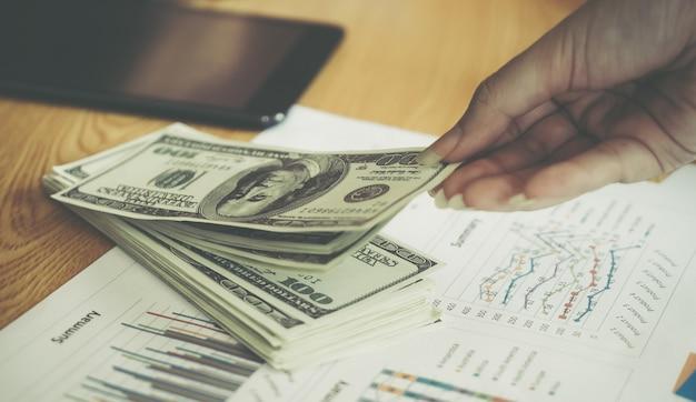 Geschäftsmann, der geld vom finanzbett des geschäfts aufhebt