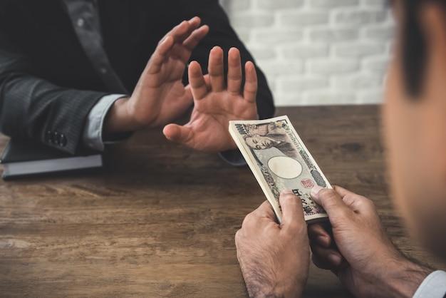 Geschäftsmann, der geld zurückweist