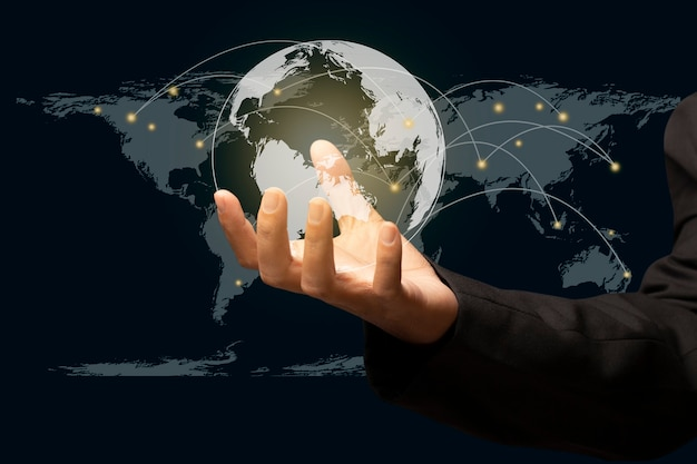 Geschäftsmann, der globale netzwerkverbindung hält