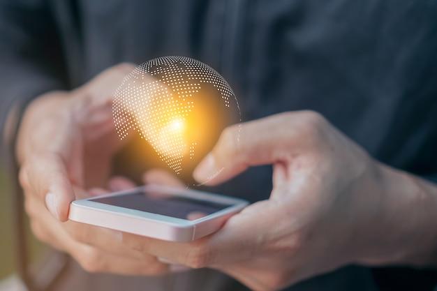 Geschäftsmann, der globales netzwerk internationale geschäftsnetzwerk-internet-technologie über smartphone hält.