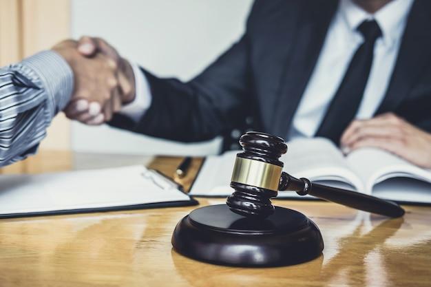 Geschäftsmann, der hände mit männlichem rechtsanwalt rüttelt, nachdem viel vertrag besprochen worden ist