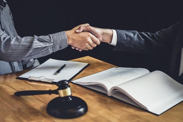 Geschäftsmann, der hände mit rechtsanwalt rüttelt, nachdem er viel vertrag besprochen hat