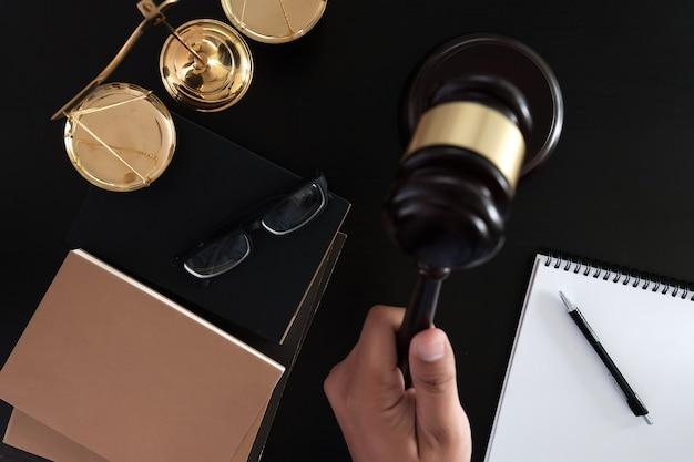 Geschäftsmann, der hände rüttelt richterhammer mit gerechtigkeitsanwälten vertrauen promise gewinnen sie den fall
