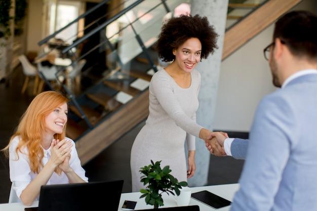 Geschäftsmann, der hände rüttelt, um ein abkommen mit seinem weiblichen partner zu versiegeln
