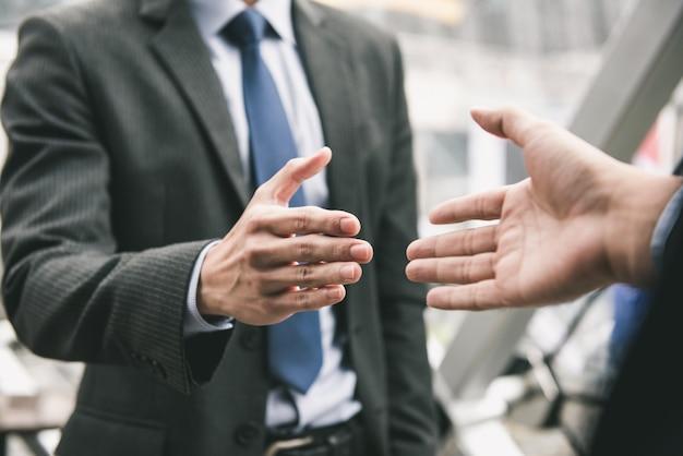 Geschäftsmann, der händedruck mit partner macht