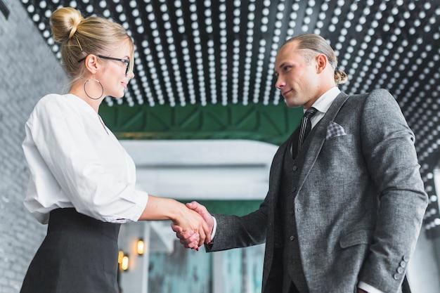 Geschäftsmann, der hand mit seinem partner rüttelt