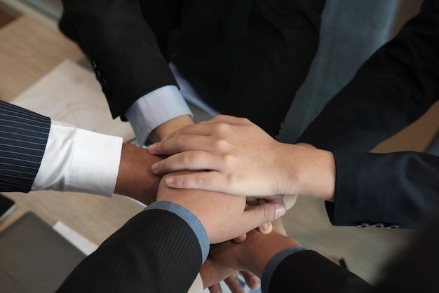 Geschäftsmann, der hand sich anschließt, geschäftsteam, das zusammen hände berührt -