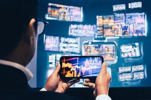 Geschäftsmann, der handy-app-analysen für den handel mit finanzmarktdiagrammen verwendet