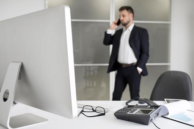 Geschäftsmann, der hart im büro arbeitet