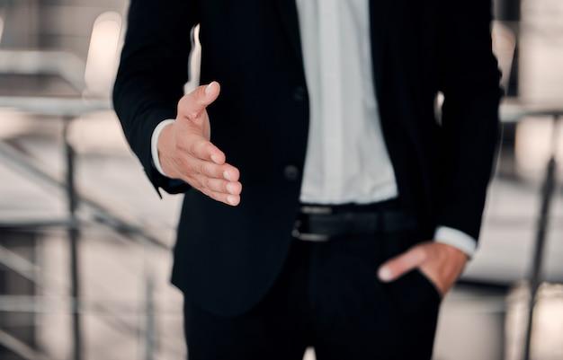 Geschäftsmann, der helfende hand anbietet, licht in der dunkelheit, gelegenheitskonzept