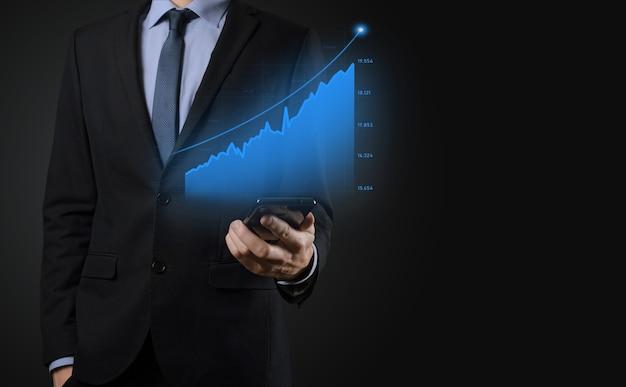 Geschäftsmann, der holographische graphen und börsenstatistiken hält, gewinnt gewinne