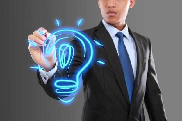 Geschäftsmann, der idee glühbirne zeichnet