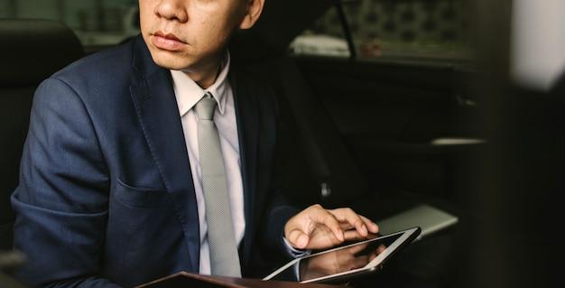 Geschäftsmann, der im auto sitzt