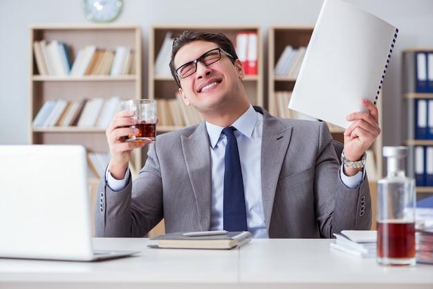 Geschäftsmann, der im büro trinkt