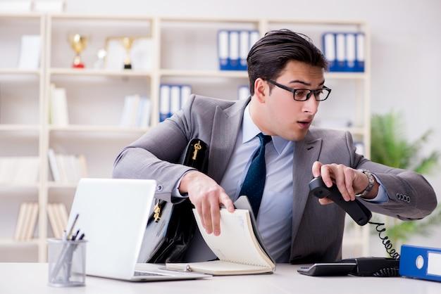 Geschäftsmann, der in das büro hetzt