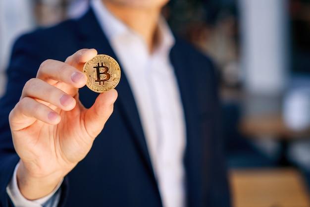 Geschäftsmann, der in der hand symbol der kryptowährung hält