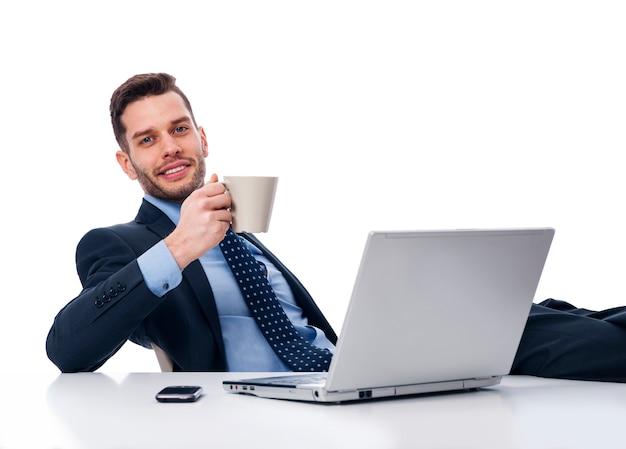 Geschäftsmann, der in der pausenzeit entspannt