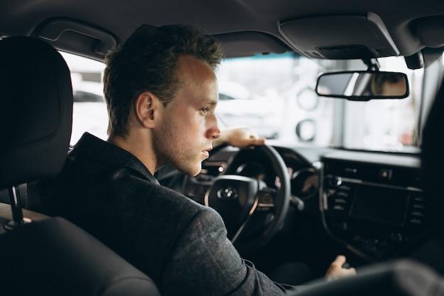 Geschäftsmann, der in einem auto sitzt