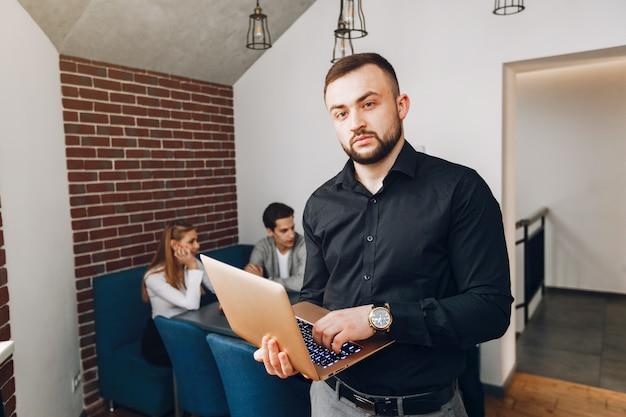 Geschäftsmann, der in einem büro arbeitet