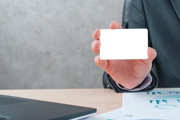 Geschäftsmann, der in einem bürodesktop arbeitet