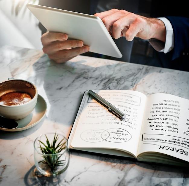 Geschäftsmann, der in einem café arbeitet