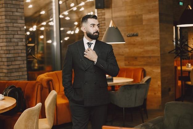 Geschäftsmann, der in einem café aufwirft