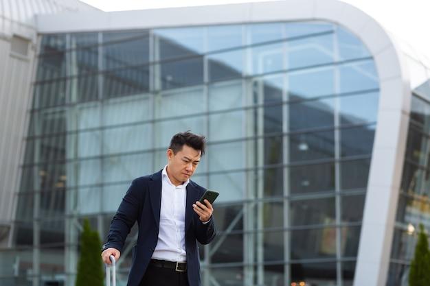 Geschäftsmann, der in einem mobiltelefon korrespondiert, verwendet die messenger-anwendung, um mit kollegen aus der ferne zu kommunizieren