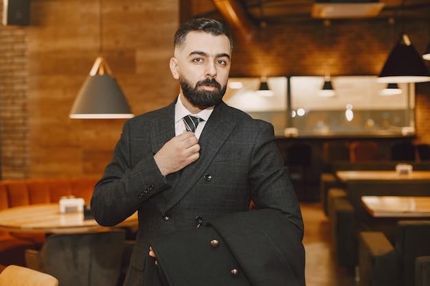 Geschäftsmann, der in einem restaurant aufwirft