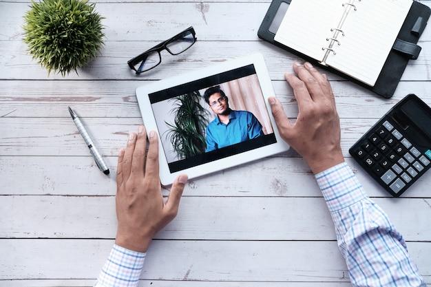 Geschäftsmann, der in videokonferenz arbeitet, nahaufnahme.