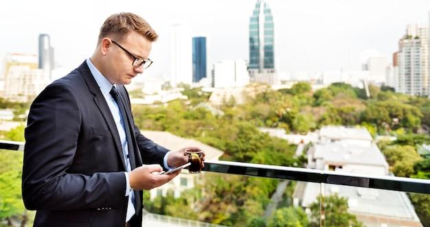 Geschäftsmann, der intelligentes telefon-konzept anschließt