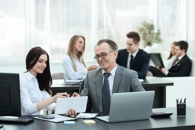 Geschäftsmann, der investitions-, budget- und einkommensdiagramme an seinem arbeitsplatz analysiert
