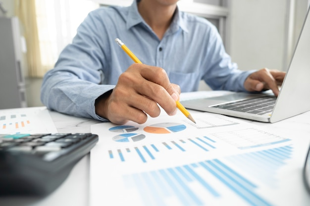 Geschäftsmann, der investitionsmarketingdaten plant und analysiert.