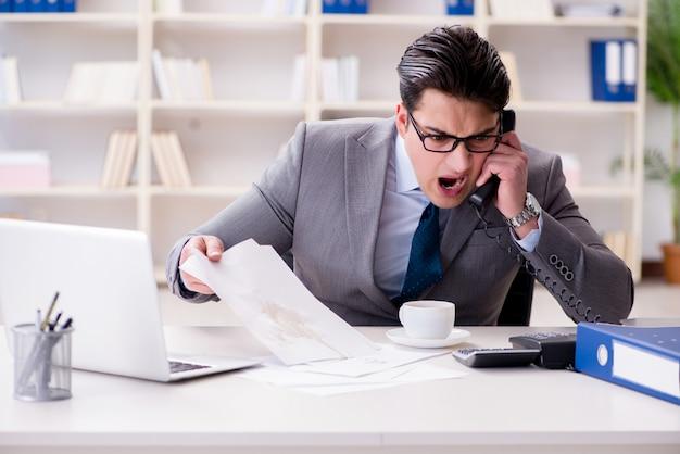 Geschäftsmann, der kaffee auf wichtigen dokumenten verschüttet