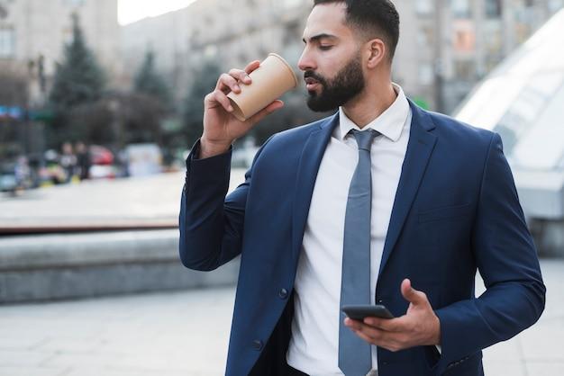 Geschäftsmann, der kaffee trinkt