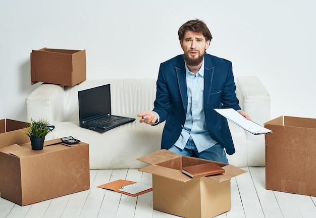 Geschäftsmann, der kisten mit dingen für einen offiziellen fachmann auspackt Premium Fotos