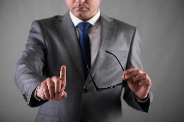 Geschäftsmann, der knöpfe im geschäftskonzept bedrängt